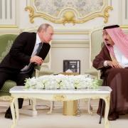 نتایج یک نظرسنجی: رضایت ۵۸ درصدی مردم آمریکا از عملکرد بایدن در مبارزه با تروریسم russia putin saudi arabia king GettyImages 1175961004 e1601929891155 180x180